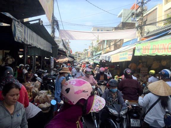 Lễ 2-9: Người dân tấp nập đi chợ mua cua, ghẹ, tôm - ảnh 1