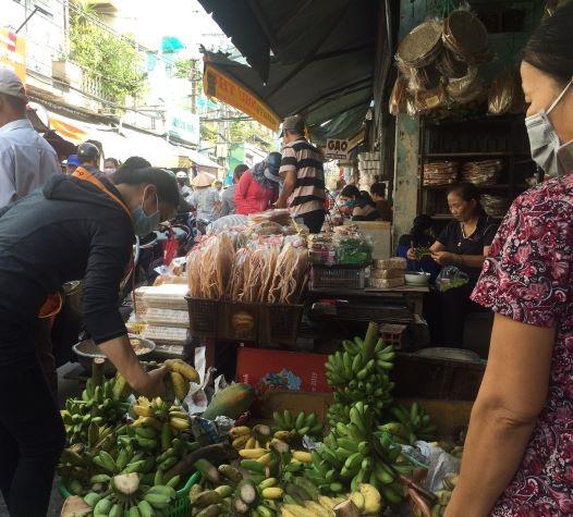 Lễ 2-9: Người dân tấp nập đi chợ mua cua, ghẹ, tôm - ảnh 2