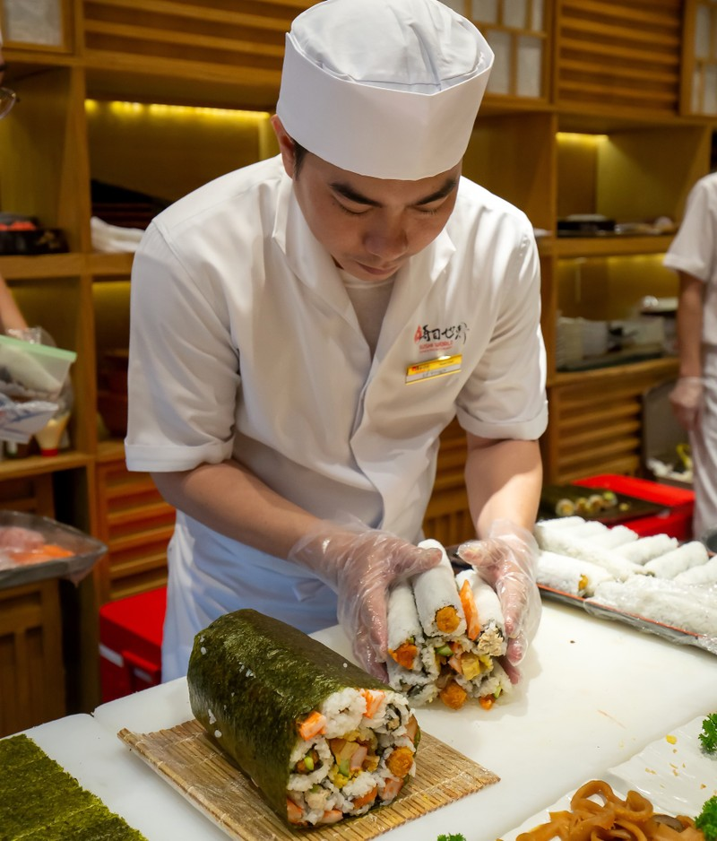 Thưởng thức miễn phí maki sushi khổng lồ nặng 8 kg - ảnh 2