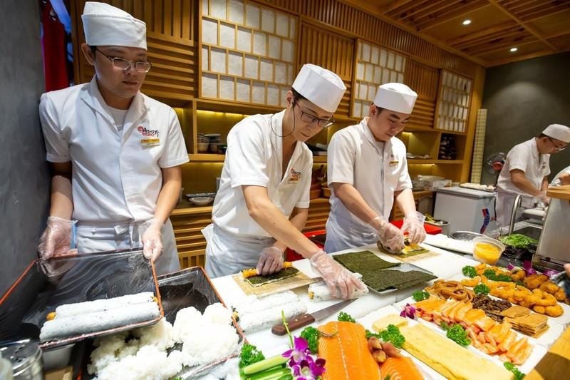 Thưởng thức miễn phí maki sushi khổng lồ nặng 8 kg - ảnh 1
