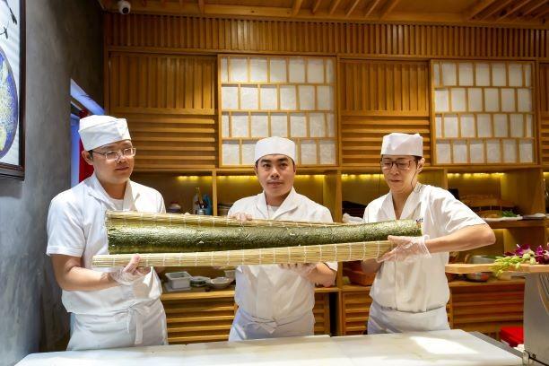 Thưởng thức miễn phí maki sushi khổng lồ nặng 8 kg - ảnh 5