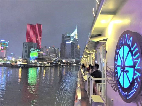 Hàng ngàn khách huỷ tiệc tất niên trên sông Sài Gòn - ảnh 1