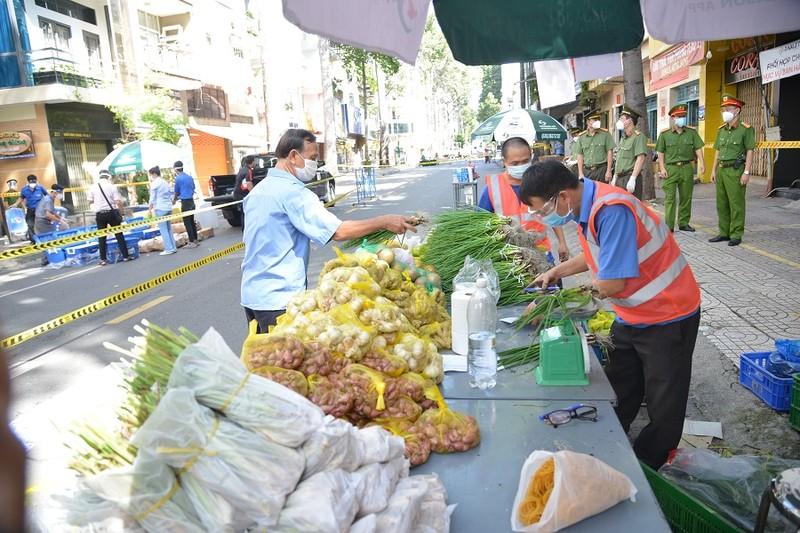 Người dân vùng xanh quận 5 thích thú được đi chợ lưu động - ảnh 13