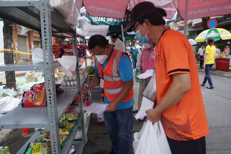 Trứng gà, bánh bao... hút khách đi chợ lưu động vùng xanh quận 5 - ảnh 10