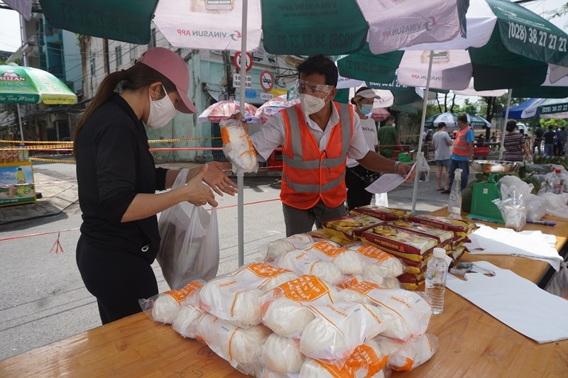 Trứng gà, bánh bao... hút khách đi chợ lưu động vùng xanh quận 5 - ảnh 9