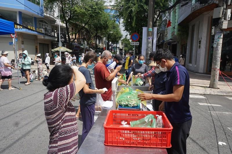 Trứng gà, bánh bao... hút khách đi chợ lưu động vùng xanh quận 5 - ảnh 17