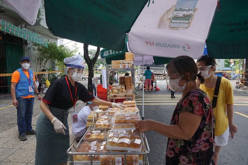 Trứng gà, bánh bao... hút khách đi chợ lưu động vùng xanh quận 5 - ảnh 11