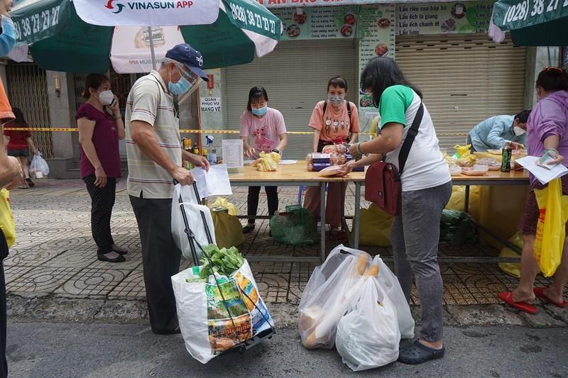Trứng gà, bánh bao... hút khách đi chợ lưu động vùng xanh quận 5 - ảnh 14