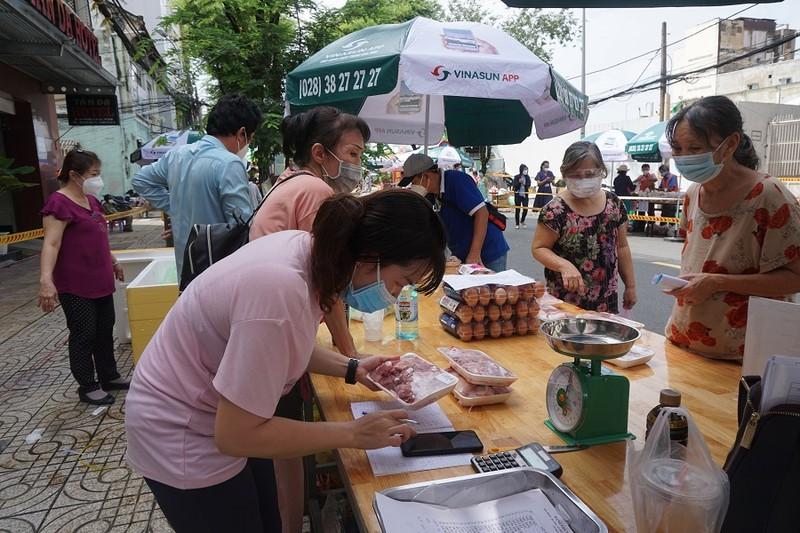 Trứng gà, bánh bao... hút khách đi chợ lưu động vùng xanh quận 5 - ảnh 7