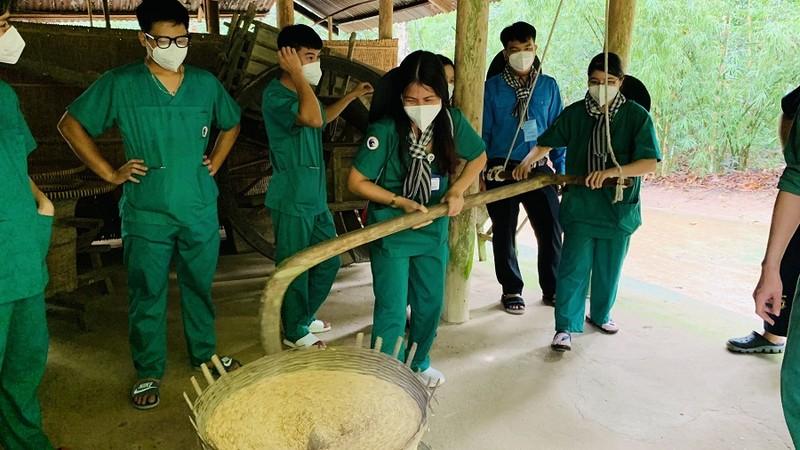 150 y bác sĩ tuyến đầu tham gia tour du lịch Củ Chi  - ảnh 1
