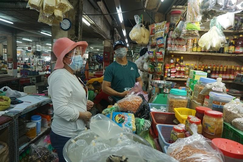 Chợ An Đông ngày đầu bán trở lại: Khách vắng nhưng vẫn vui - ảnh 7