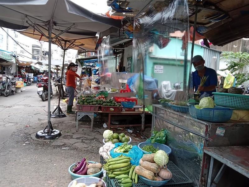 Thêm nhiều chợ ở TP.HCM mở cửa: Người bán, người mua đều vui - ảnh 1