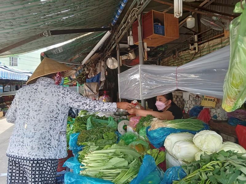 46 chợ truyền thống ở TP.HCM mở cửa trở lại, khách thưa thớt - ảnh 2