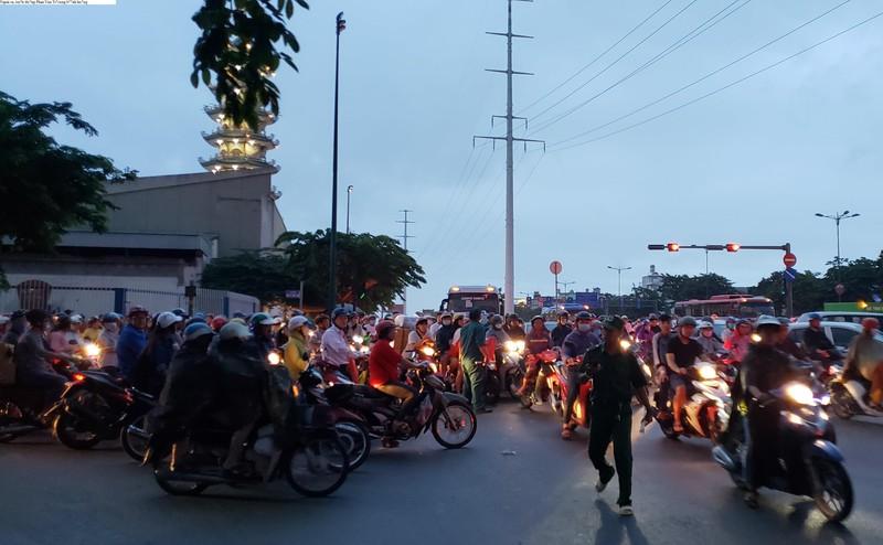 Gần 20 phút mới đi qua vòng xoay Phạm Văn Đồng - Phan Văn Trị - ảnh 3