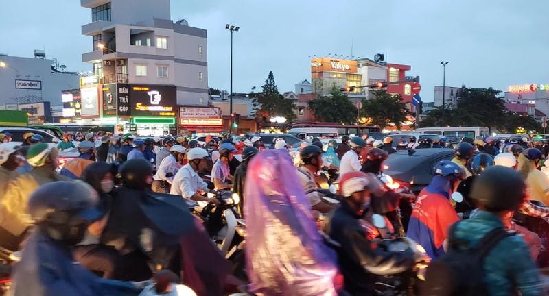 Gần 20 phút mới đi qua vòng xoay Phạm Văn Đồng - Phan Văn Trị - ảnh 4