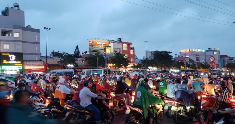 Gần 20 phút mới đi qua vòng xoay Phạm Văn Đồng - Phan Văn Trị - ảnh 2