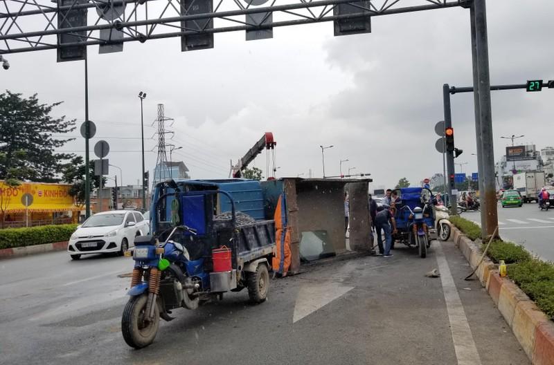 Tránh xe máy qua đường, xe ben lật nhào - ảnh 1