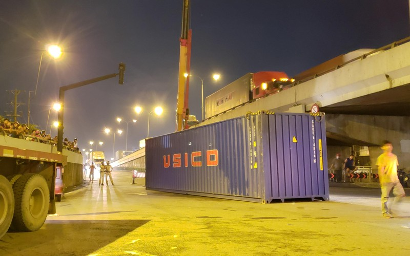 Đụng gầm cầu, xe container rớt thùng hàng - ảnh 1