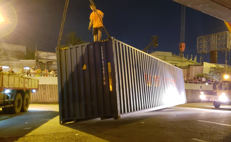 Đụng gầm cầu, xe container rớt thùng hàng - ảnh 2
