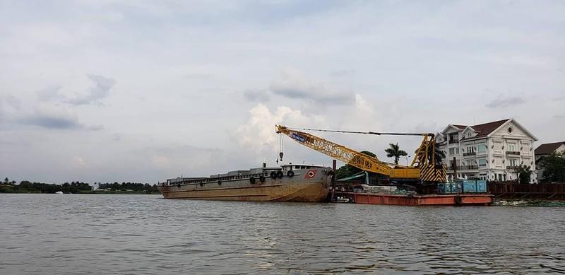 Sà lan gần 2.000 tấn mất lái, tông chìm canô - ảnh 4