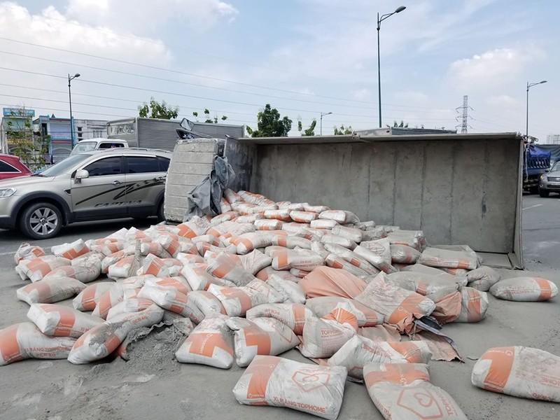 Xe tải chở xi măng lật trên đại lộ Phạm Văn Đồng - ảnh 2