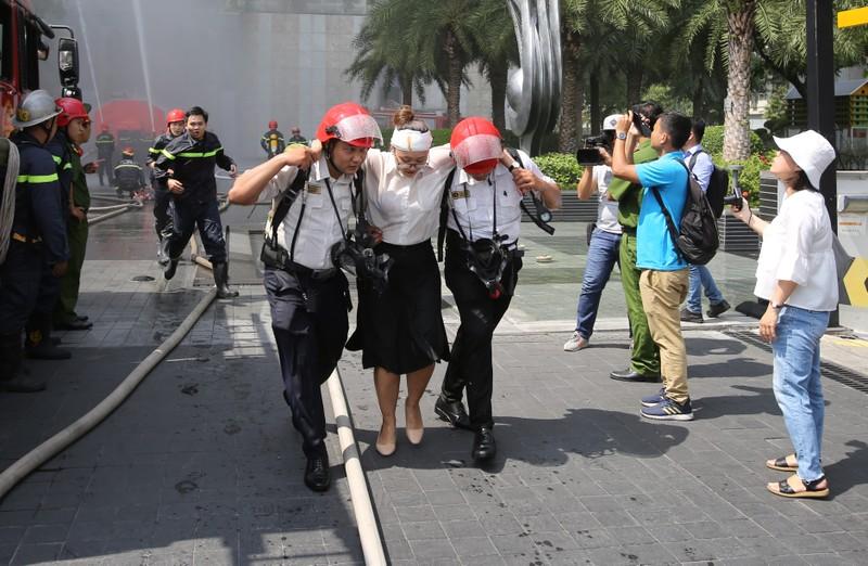 300 cảnh sát diễn tập PCCC tại tòa nhà Landmark 81 - ảnh 5