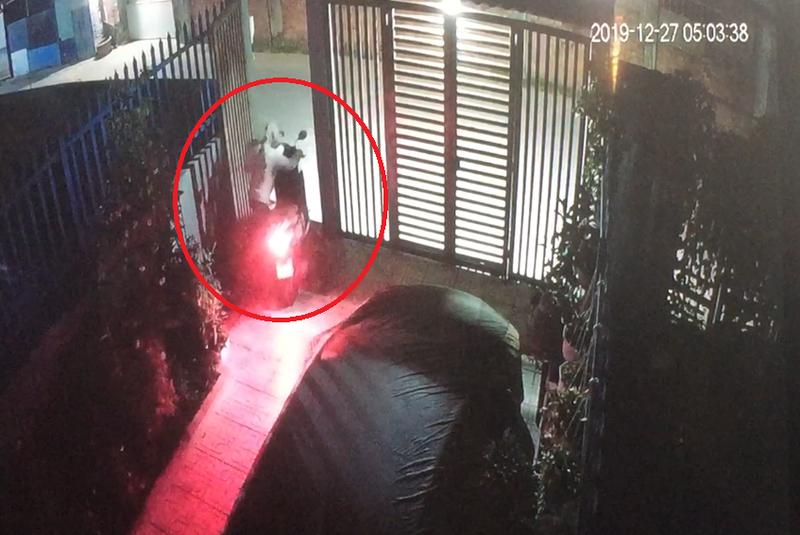 Camera ghi lại cảnh trộm đột nhập lấy ba xe máy tại Thủ Đức - ảnh 1