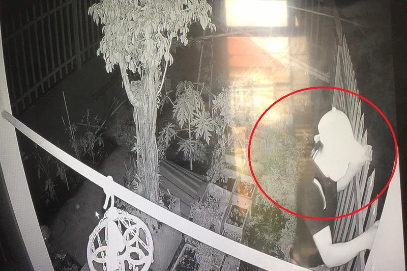 Camera ghi lại cảnh trộm đột nhập lấy ba xe máy tại Thủ Đức - ảnh 2