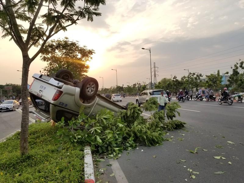 Ô tô lật nhào trên đại lộ Phạm Văn Đồng, 5 người đi cấp cứu - ảnh 1