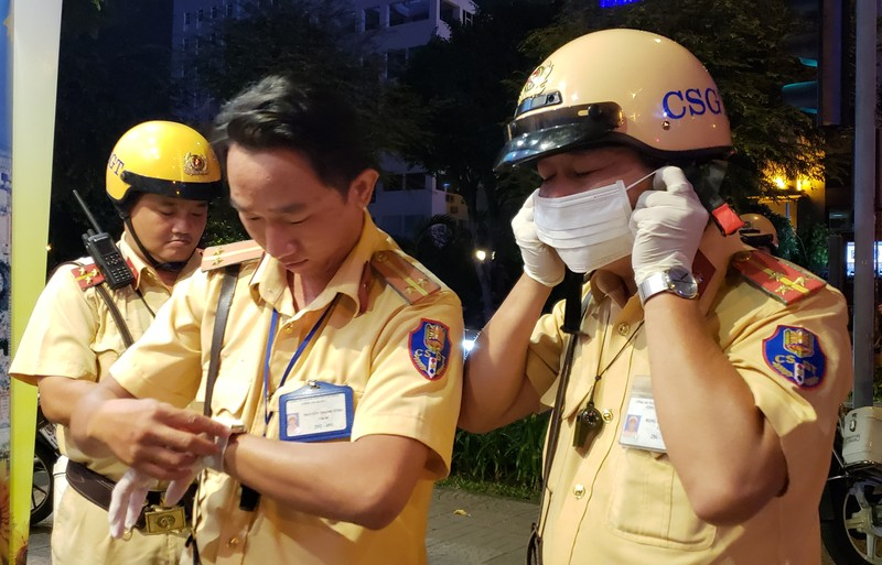 Dịch Corona: Dân tự bóc ống thổi, rửa tay khi đo nồng độ cồn - ảnh 2