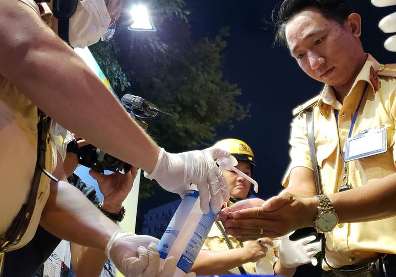 Dịch Corona: Dân tự bóc ống thổi, rửa tay khi đo nồng độ cồn - ảnh 1