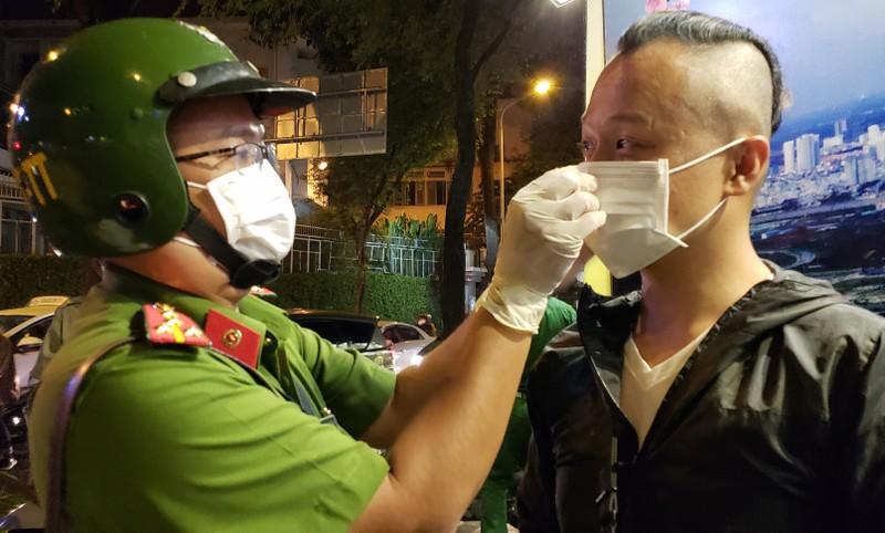 Dịch Corona: Dân tự bóc ống thổi, rửa tay khi đo nồng độ cồn - ảnh 12
