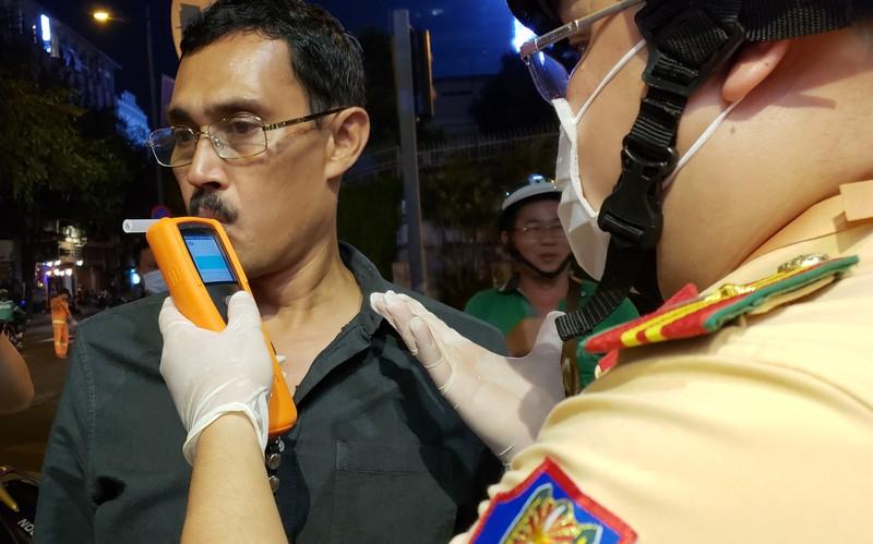 Dịch Corona: Dân tự bóc ống thổi, rửa tay khi đo nồng độ cồn - ảnh 8