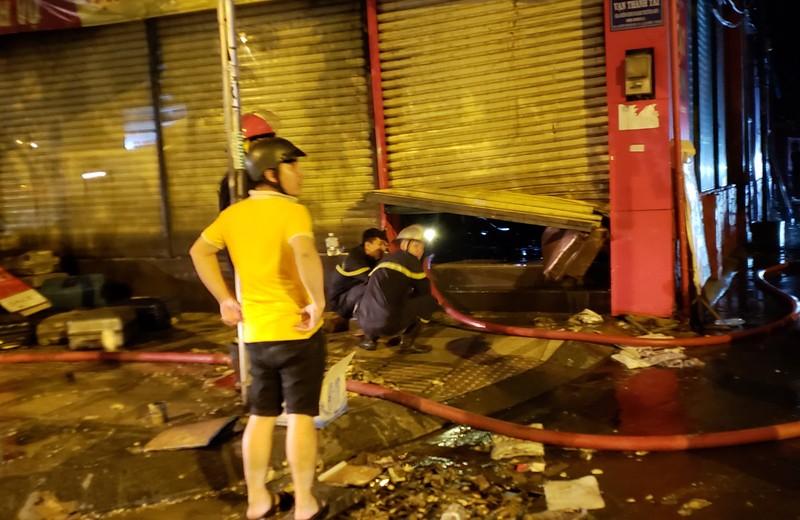 Cháy cửa hàng valy gần sân bay Tân Sơn Nhất vào đêm khuya - ảnh 3