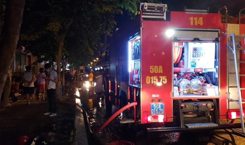 Cháy cửa hàng valy gần sân bay Tân Sơn Nhất vào đêm khuya - ảnh 1