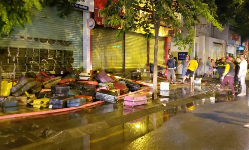 Cháy cửa hàng valy gần sân bay Tân Sơn Nhất vào đêm khuya - ảnh 2
