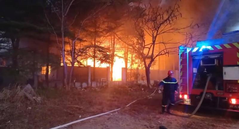 Hàng trăm cảnh sát PCCC dập lửa trong Khu công nghiệp Cát Lái - ảnh 1
