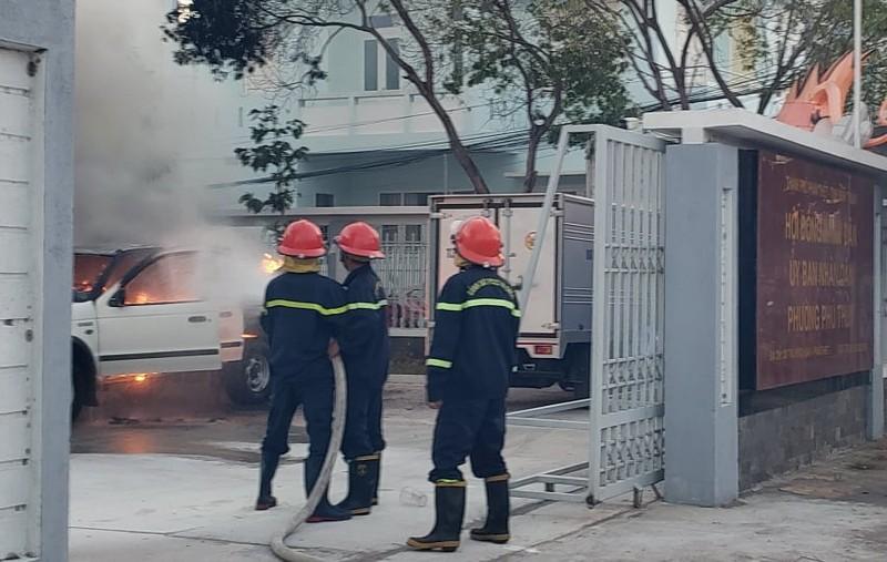 Cháy xe phun thuốc sát khuẩn đang đậu ở trụ sở ủy ban phường   - ảnh 1