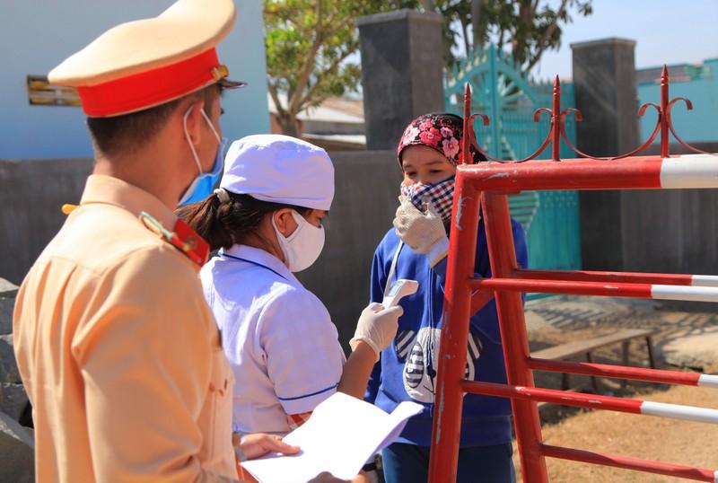 Hình ảnh ngày đầu tiên cách ly 5.000 dân thôn Văn Lâm 3  - ảnh 9