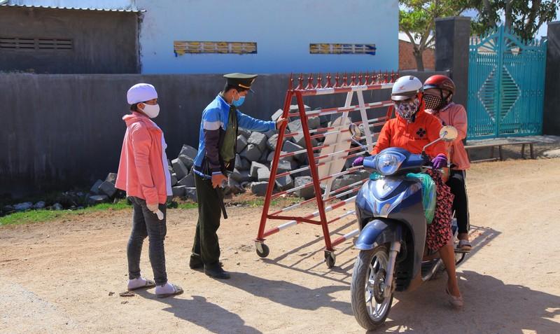 Hình ảnh ngày đầu tiên cách ly 5.000 dân thôn Văn Lâm 3  - ảnh 3