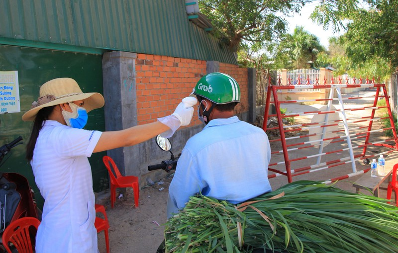 Hình ảnh ngày đầu tiên cách ly 5.000 dân thôn Văn Lâm 3  - ảnh 10