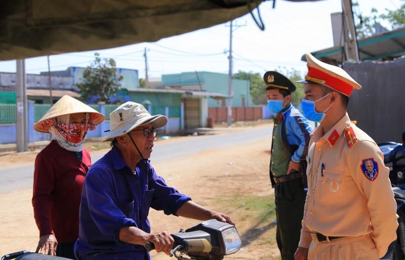 Hình ảnh ngày đầu tiên cách ly 5.000 dân thôn Văn Lâm 3  - ảnh 12