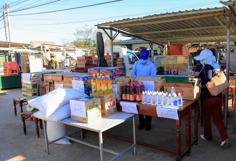 Chợ lưu động giá rẻ phục vụ khu cách ly thôn Văn Lâm 3 - ảnh 2