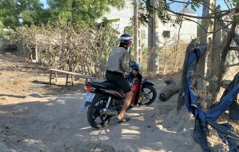 Người dân 'xé rào' ra vào khu cách ly thôn Văn Lâm 3 - ảnh 1