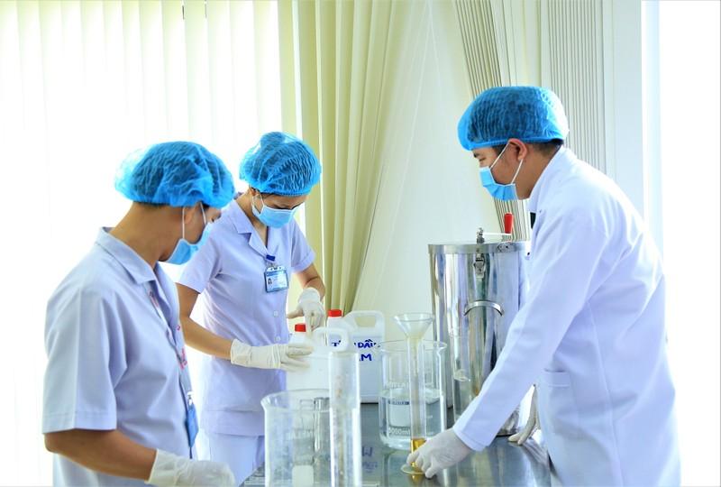 Bệnh viện 7A sản xuất thành công dung dịch sát khuẩn loại mới - ảnh 1