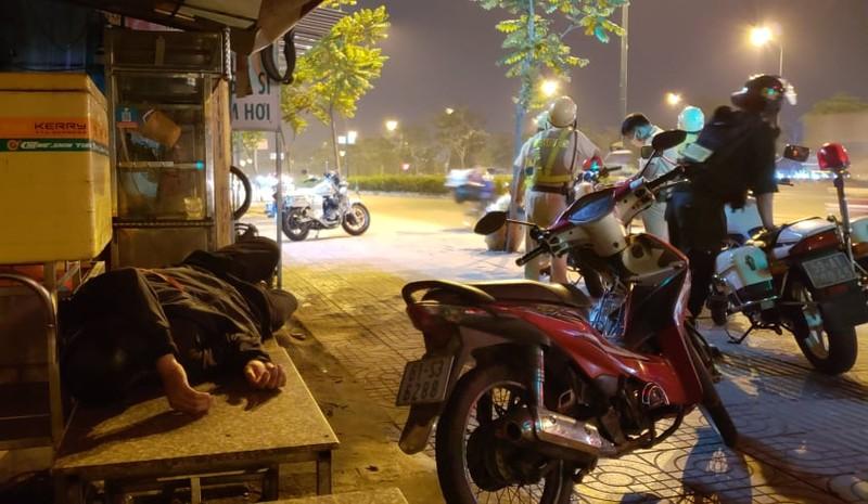 Dân nhậu lăn ra ngủ khi bị CSGT kiểm tra nồng độ cồn - ảnh 1