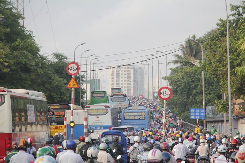 Cận cảnh xe cộ nối đuôi nhau kéo dài qua Bến xe Miền Đông - ảnh 3