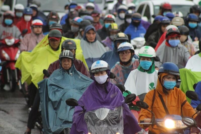 Hàng ngàn người dầm mưa tại đường Điện Biên Phủ do kẹt xe - ảnh 2