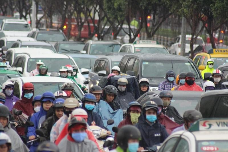 Hàng ngàn người dầm mưa tại đường Điện Biên Phủ do kẹt xe - ảnh 3