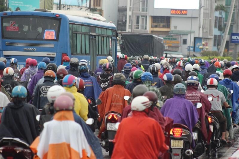Hàng ngàn người dầm mưa tại đường Điện Biên Phủ do kẹt xe - ảnh 5